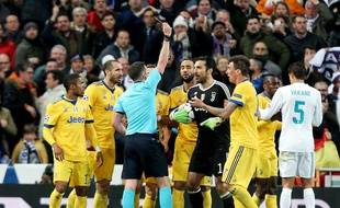 Gianluigi Buffon prend son rouge