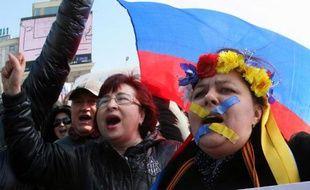 Des manifestants pro-russes dans une rue de Donetsk, bastion russophone de l'est de l'Ukraine, le 8 mars 2014