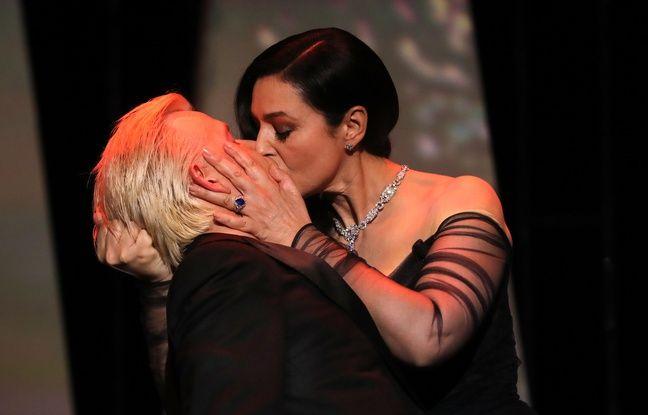 Monica Bellucci embrasse fougueusement Alex Lutz durant la cérémonie d'ouverture du festival de Cannes 2017.