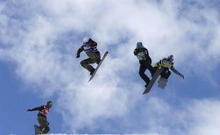 Pierre Vaultier, ici lors d'une épreuve de Coupe du monde de snowboardcross en Espagne en 2016, a été sacré champion du monde, le 12 mars 2017 à Sierra Nevada.