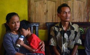 Les parents de Sumarti Ningsih, jeune femme indonésienne victime d'un meurtre à Hong Kong, dans leur maison à Cilacap, sur l'île de Java en Indonésie, le 4 novembre 2014