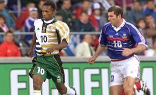 Le joueur de l'Afrique du Sud John Moshoeu, le juin 1998 à Marseille contre la France, en Coupe du monde.