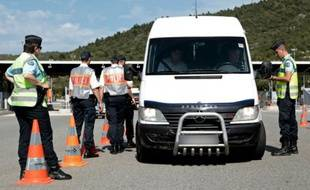 Contrôle de police sur un véhicule au péage de la Turbie, dans les Alpes-Maritimes, à la frontière franco-italienne, le 16 mai 2015