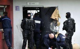 Le braqueur Redoine Faïd, dont l'évasion soulève des questions sur d'éventuelles failles de sécurité, était traqué dimanche jusqu'au-delà des frontières françaises par une centaine de policiers, alors que la garde à vue de son frère a été levée en fin de journée.