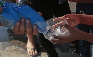 Distribution d'eau le 20 avril 2016, à Manta, en Equateur.