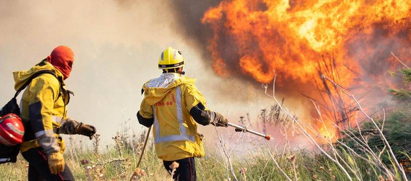 Des pompiers du Sdis des Pyrénées-Orientales intervenant sur un incendie à Néfiach.