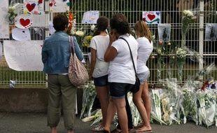 Des gendarmes assurent la sécurité, le 20 juin 2011, devant le collège  de Florensac après le décès d'une jeune fille de 13 ans, violemment  agressée quelques heures plus tôt, à la sortie de l'établissement par le  frère de l'une de ses camarades (lundi 20 juin 2011)
