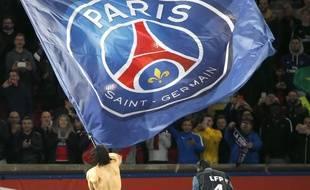 Cavani qui agite le drapeau du PSG.