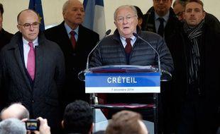 Le président du Crif Roger Cukierman, aux cotés de Bernard Cazeneuve, le 7 décembre à Créteil.