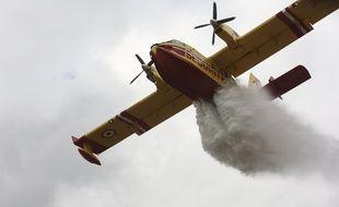 Un Canadair sur un feu de forêt (illustration)