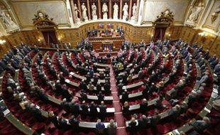 Les sénateurs debouts dans l'hémicycle, observent une minute de silence le 7 avril 2015 à Paris