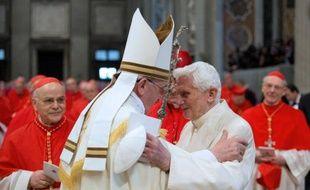 Le pape François (g) et le pape émérite Benoît XVI à la Basilique Saint-Pierre de Rome le 22 février 2014