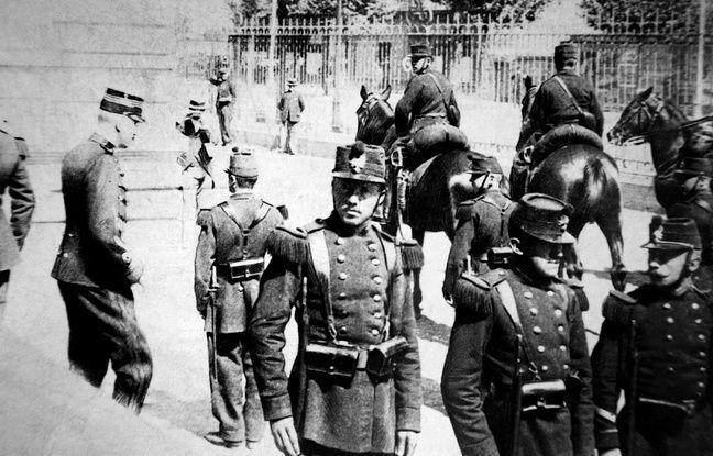 Le capitaine Alfred Dreyfus descend les marches du lycée de Rennes où se tient son procès en révision en 1899.