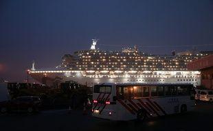 Yokohama (Japon), le 16 Février 2020. Un bus arrive pour évacuer les Américains coincés sur le «Diamond Princess», le paquebot où de nombreux cas de coronavirus ont été détectés.