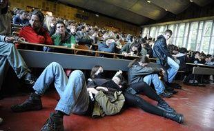 Nantes, le 02/11/2010 Assemblee generale a la faculte de droit pour decider de continuer ou non le blocus