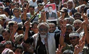 Au moins 35 personnes ont été blessées mardi dans des heurts à Sanaa entre de jeunes protestataires, divisés sur l'accord de sortie de crise accordant l'immunité au président Ali Abdallah Saleh, ont indiqué des témoins et une source médicale.