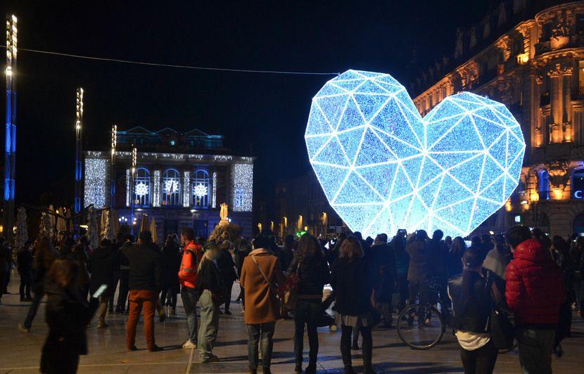 Montpellier Un Cœur Battant Et Un Vrai Sapin Pour Illuminer La Place De La Comedie