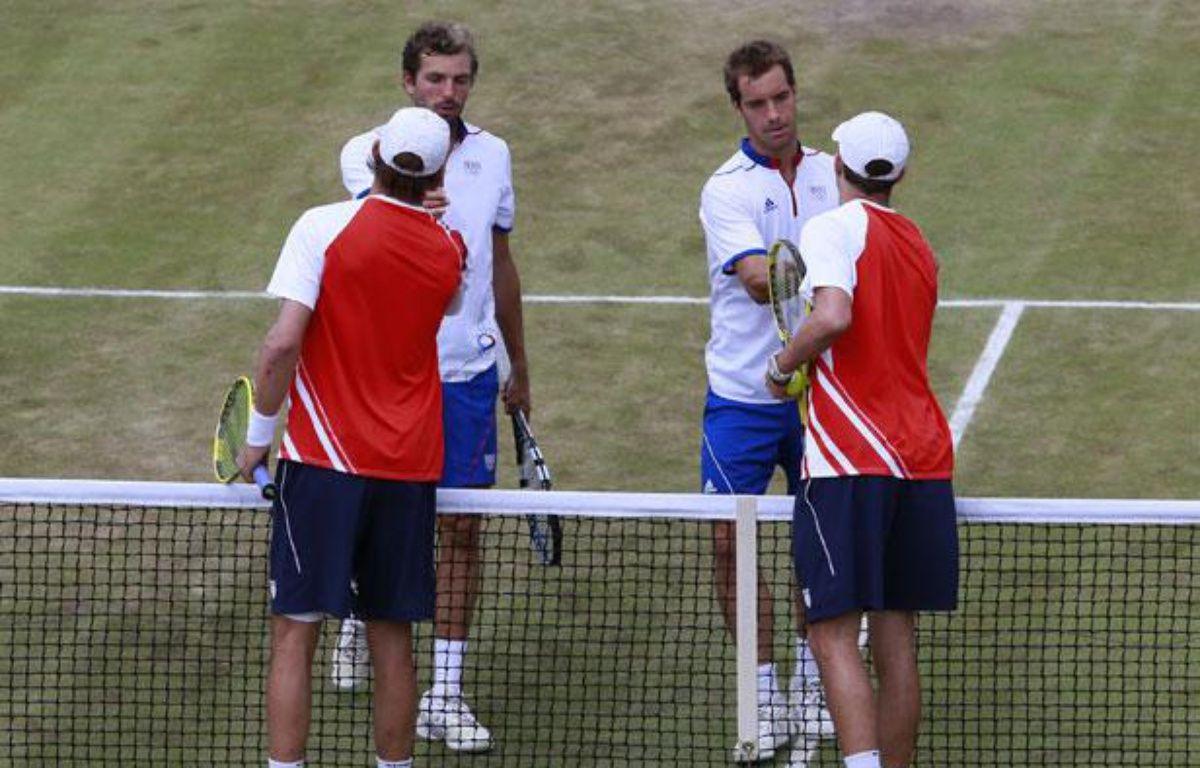 Julien Benneteau et Richard Gasquet saluent les frères Bryan, le 3 aoput 2012? à Londres. – REUTERS/Adrees Latif