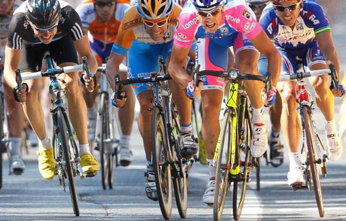 L'Italien Alessandro Petacchi (en rose) a réglé au sprint ses rivaux Boasson Hagen (à gauche), Dean (en orange) et McEwen (à droite), le 7 juillet 2010 – REUTERS/Francois Lenoir