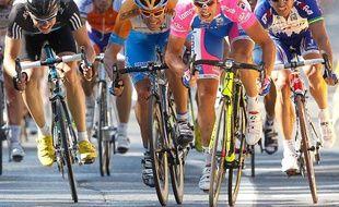 L'Italien Alessandro Petacchi (en rose) a réglé au sprint ses rivaux Boasson Hagen (à gauche), Dean (en orange) et McEwen (à droite), le 7 juillet 2010