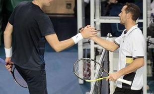 Michaël Llodra s'est qualifié pour les huitièmes de finale du Masters 1000 de Paris-Bercy, en battant mercredi l'Américain John Isner en deux manches 6-3, 6-4.