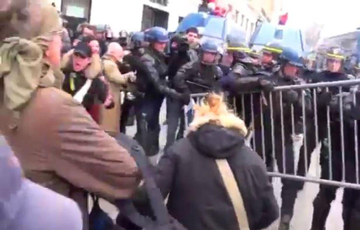 Zapping:  Heurts, débordements, et gaz lacrymogènes à la «manif pour tous»  – Capture d'écran