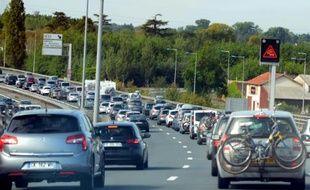 Les voitures avançaient au ralenti sur l'A10 à hauteur de Libourne, en Gironde, le 1er août 2015