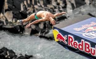 Cyrille Oumedjkane lors de l'épreuve galloise des Red Bull Cliff Diving.