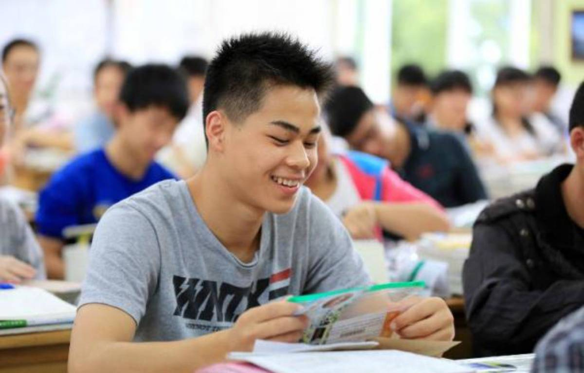 Des lycéens passent Plus de neuf millions de jeunes Chinois, aiguillonnés par le stress et les pressions parentales, passaient samedi le concours d'entrée à l'université le 7 juin 2014 à Rongan – AFP AFP