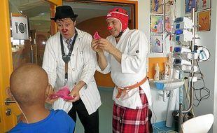 Olivier (à droite) et Tayeb sont clowns au CHU depuis neuf et dix-sept ans.