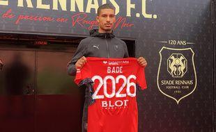 Le jeune défenseur central Loïc Badé s'est engagé pour cinq saisons avec le Stade Rennais.