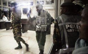 Des policiers à l'hôpital universitaire d'Antananarivo après un attentat à la grenade qui a fait deux morts, le 26 juin 2016.