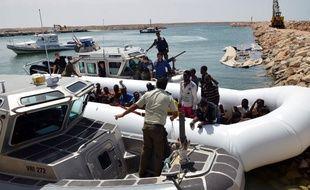 Un bateau de migrants dans le port tunisien de Ben Gardane