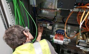 Un technicien installe la fibre optique.