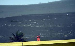 Deux gardes-côtes surveillent la côte alors que l'arrivée du typhon Goni est annoncée comme imminente.