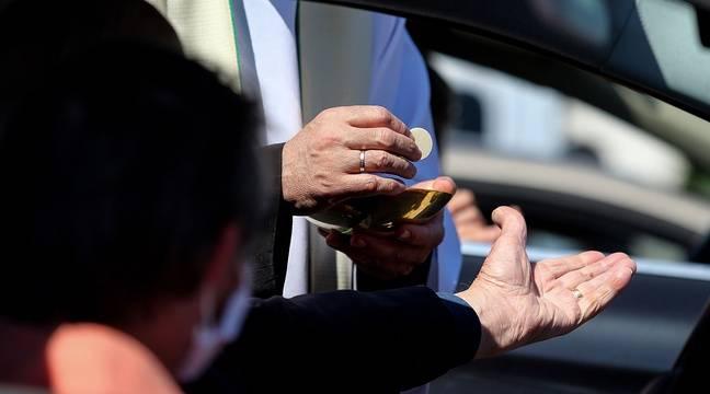 En Irlande du Nord, les fidèles assistent à la messe depuis leurs voitures