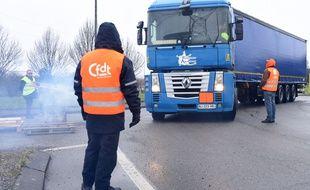 Les chauffeurs routiers de la CFDT bloquent les entrées de la raffinerie de Donges en Loire Atalntique. Ils demandent une hausse des salaires et la reprise des négociations avec les employeurs le 28 janvier 2015.