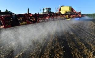 Un agriculteur français épand du glyphosate, le principe actif du Round-Up, désherbant le plus utilisé au monde, sur ses champs, en mai 2018.