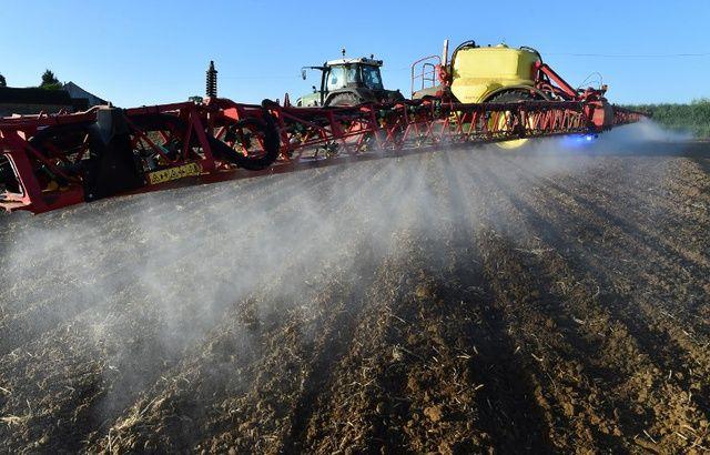 Data Pesticides 640x410_agriculteur-francais-epand-glyphosate-principe-actif-round-up-desherbant-plus-utilise-monde-champs-mai-2018