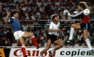 Patrick Battiston (à gauche) face au gardien allemand Harald Schumacher, le 8 juillet 1982, à Séville.