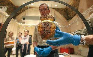 L'écrin en or ayant abrité le cœur de la reine a été installé mardi en vitrine.