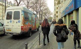 Le bus de Médecins du monde va à la rencontre des «marcheuses», ces prostituées chinoises qui sillonnent l'Est parisien.