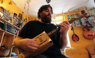 Jacques Corre conçoit lui-même ses propres cigar box guitar sous le nom K#.