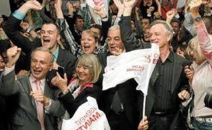 Après les résultats, les socialistes se sont retrouvés place Masséna. A l'UMP, certains prennaient des photos-souvenirs.
