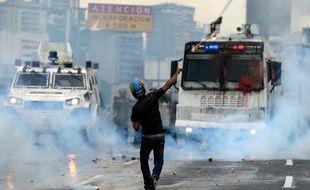 Les manifestants affrontent les forces de l'ordre depuis quelques semaines pour protester contre la politique du président Nicolas Maduro, le 8 mai 2017 à Caracas.
