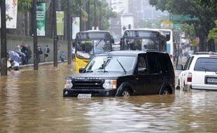 Une rue de Rio sous les eaux après les pluies diluviennes qui se sont abattues sur la ville, mardi 6 avril 2010