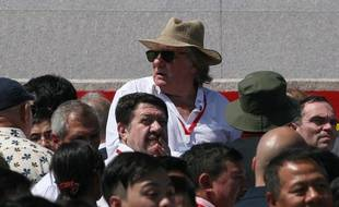 Gérard Depardieu et Yann Moix (à droite de la photo) lors d'une parade militaire à Pyongyang, en Corée du Nord, le 9 septembre 2018.