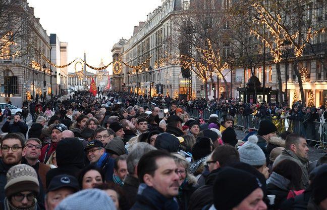 Le 9 décembre 2017, dès les premières heures de la matinées, une foule est déjà rassemblée près de l'église de la Madeleine, quelques heures avant la cérémonie en hommage à Johnny Hallyday.