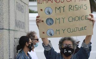 Un manifestant devant le Parlement au Cap le 2 juin 2020 contre l'interdiction de la vente de cigarettes en Afrique du Sud.