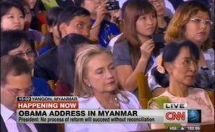 Capture d'écran de la chaîne américaine CNN montrant Hillary Clinton en train de dormir pendant le discours de Barack Obama en Birmanie, le 19 novembre 2012.